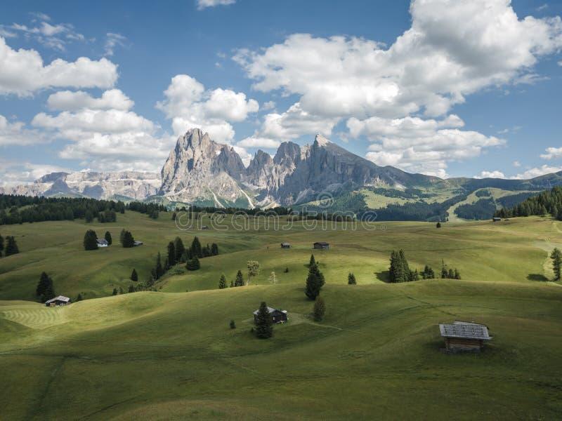 Luchtvaartweergave van het landschap in Alpe di Siusi in de zomer, Natuurlijke landschappen in Dolomites met Sassolungo of Langko stock foto