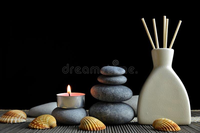 Luchtverfrissing met houten aromastokken en zen kiezelstenen stock fotografie