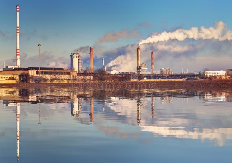 Luchtvervuiling die uit de stapels van de fabrieksrook komen royalty-vrije stock afbeeldingen
