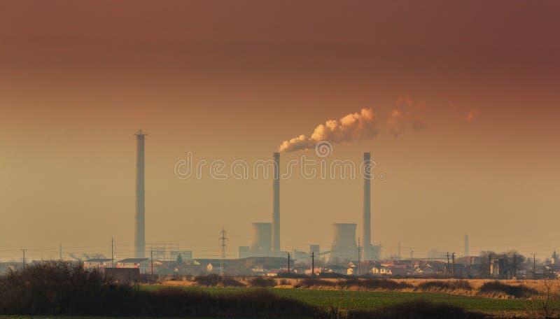 Luchtvervuiling door de steenkool-aangedreven stapels van de installatierook stock afbeeldingen