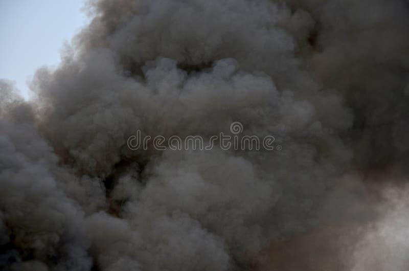 Luchtvervuiling door de uitlaat van de passagiersboot stock fotografie