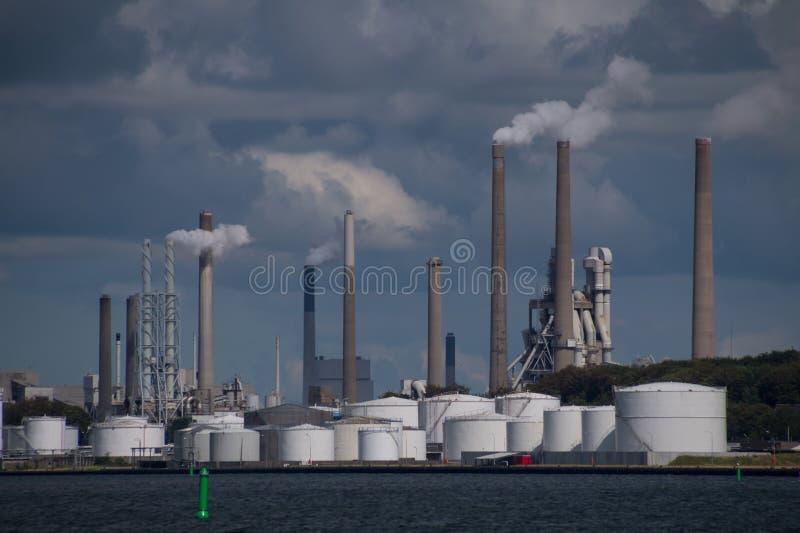 Luchtvervuiling door schoorstenen bij industriële fabrieksinstallatie stock fotografie