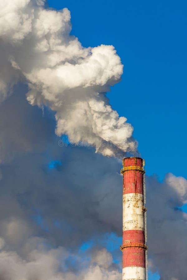 Luchtvervuiling, giftige wolken die van gas uit industriële factor komen stock foto