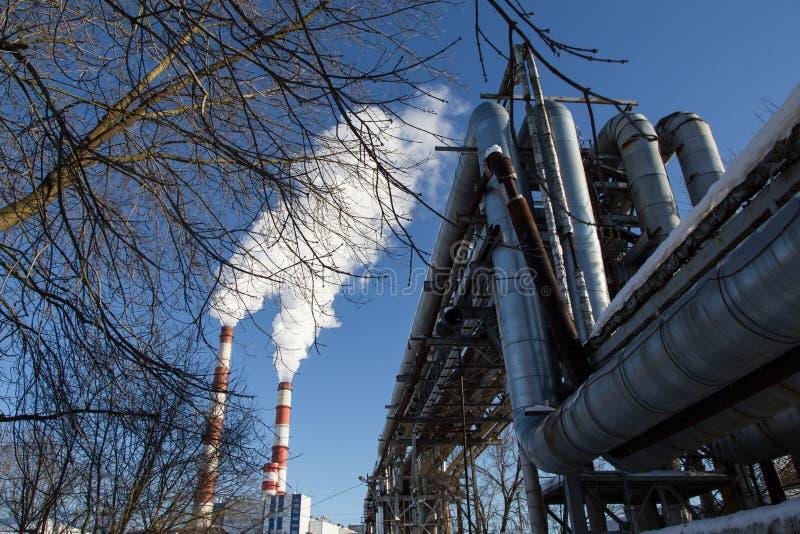 Luchtvervuilingsrook van pijpen en fabriek royalty-vrije stock fotografie