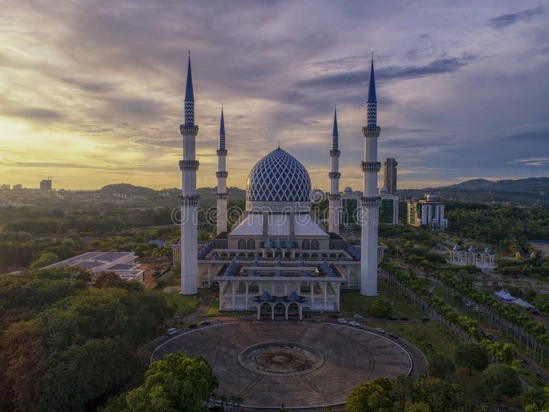 Download Luchtvideo Van Sultan Salahuddin Abdul Aziz Shah-Moskee Redactionele Afbeelding - Afbeelding bestaande uit menselijk, mooi: 107709020