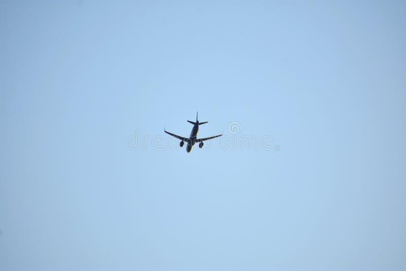 Luchtvliegtuig in blauwe hemel royalty-vrije stock foto's