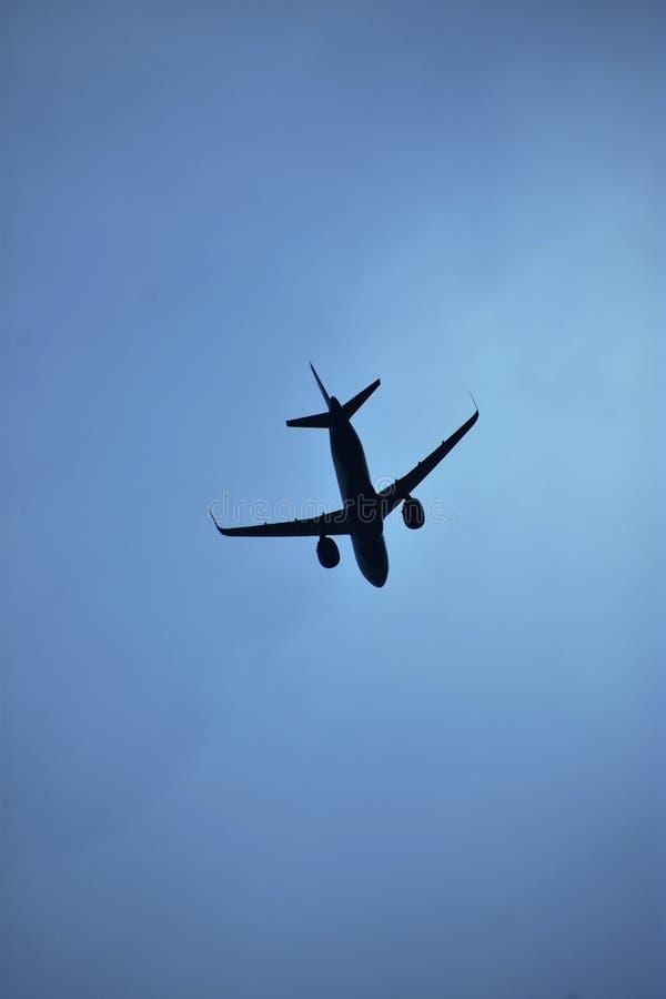 Luchtvliegtuig in dramatische blauwe hemel - reisbeeld stock afbeelding