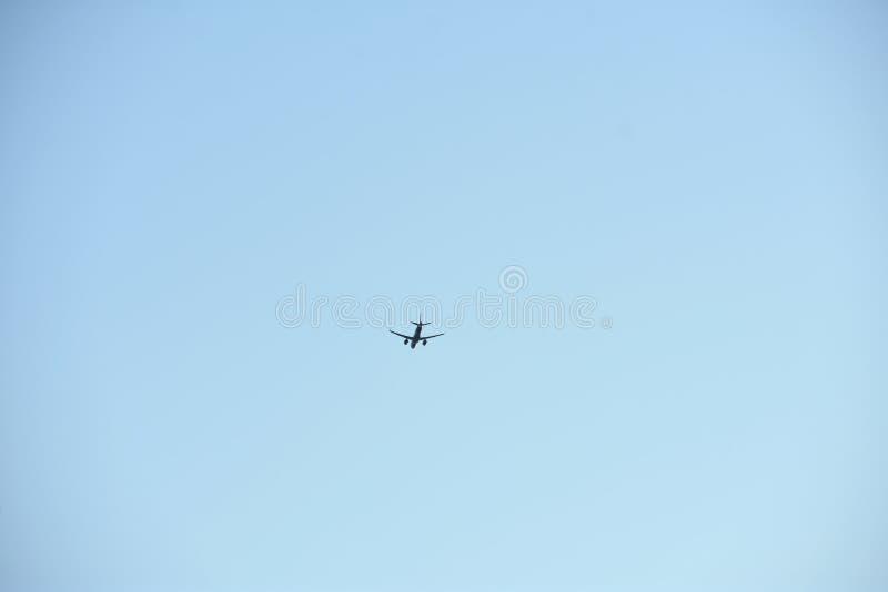 Luchtvliegtuig in hemel - de achtergrond van de Luchtvaartindustrie - Minimalism-beeld royalty-vrije stock afbeelding
