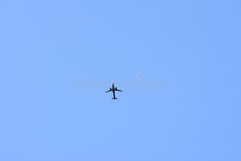 Luchtvliegtuig op de blauwe achtergrond van de hemelluchtvaart stock afbeeldingen