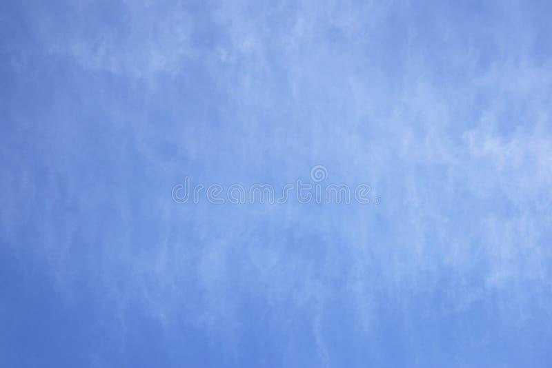 Luchtwolken in de blauwe hemel Lichte Wolkenachtergrond voor tekst royalty-vrije stock afbeelding