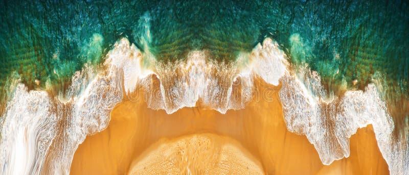 Luchtzicht op het lege zandige tropische strand en de oceaangolven Panoramisch beeld stock afbeeldingen