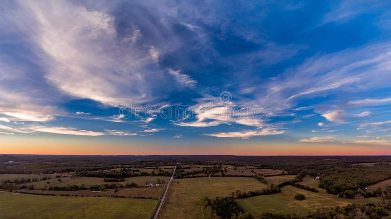 Luchtzonsondergang over de landbouwgrond van midwesten stock foto