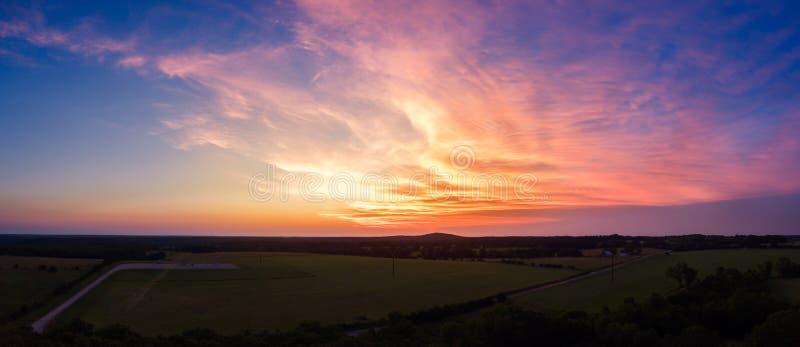 Luchtzonsondergang over het land van midwesten stock foto's