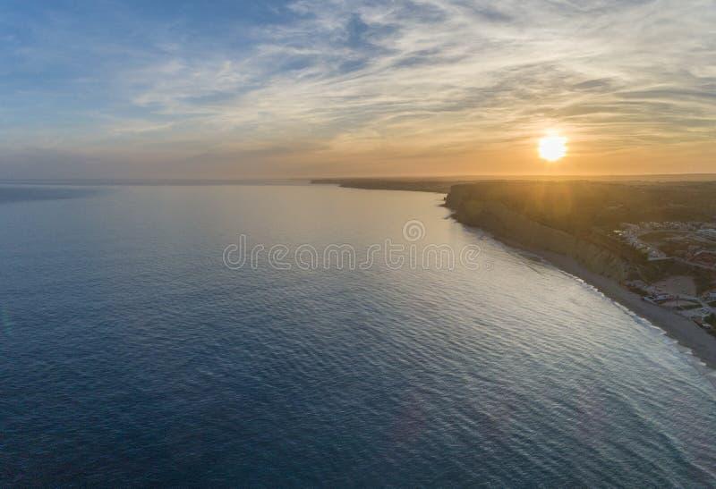 Luchtzonsondergangzeegezicht, van Praia Porto DE Mos Beach en de vormingen van de kustklip langs kustlijn van de stad Portugal va stock afbeeldingen