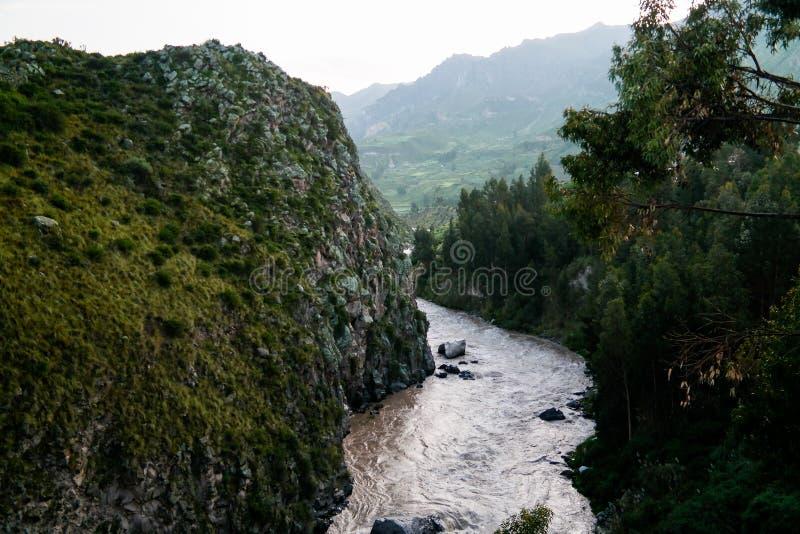 Luchtzonsopgangpanorama aan Colca-rivier, Chivay, Peru stock fotografie