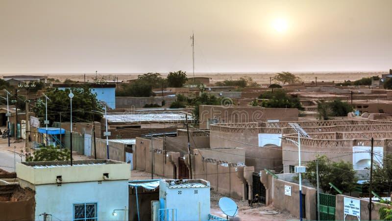 Luchtzonsopgangpanorama aan de oude stad van Agadez, Lucht, Niger stock fotografie