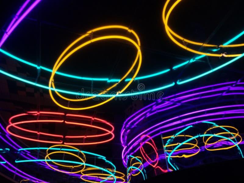 Luci al neon che emettono luce astratte fotografia stock