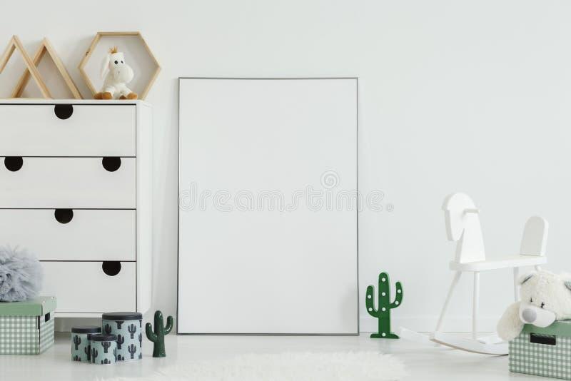 Luci bianche del cactus e del cavallo a dondolo nello spirito dell'interno della stanza del ` s del bambino immagini stock
