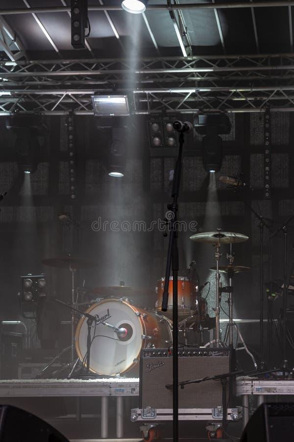 luci blu bianche dei tamburi in scena fotografia stock libera da diritti
