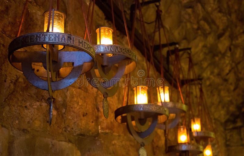 Luci del candeliere in Santa Maria de Montserrat Abbey fotografie stock