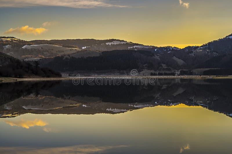 Luci del lago all'alba immagini stock
