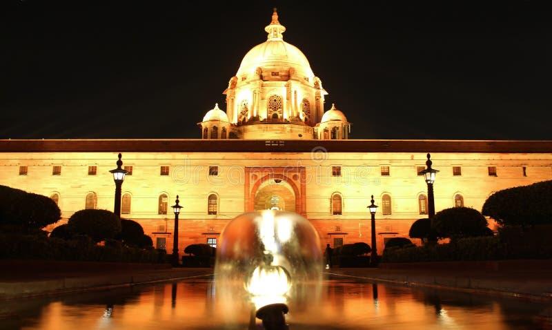 Luci del LED che accendono il Rashtrapati Bhavan a Nuova Delhi, India Rashtrapati Bhavan è la casa ufficiale del presidente di fotografie stock