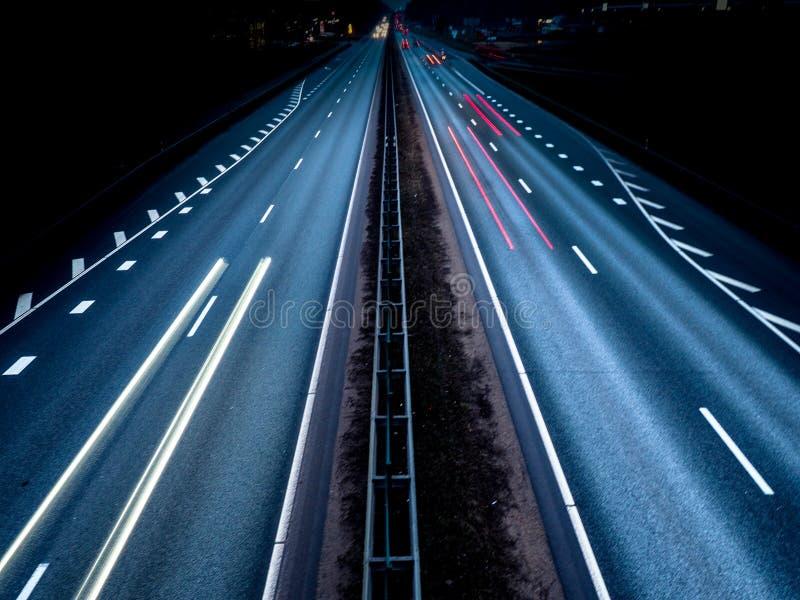 Luci del traffico stradale su esposizione lunga fotografie stock libere da diritti