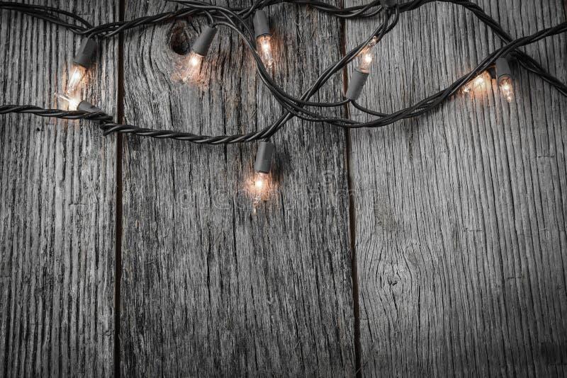 Luci dell'albero di natale bianco con legno rustico fotografia stock libera da diritti