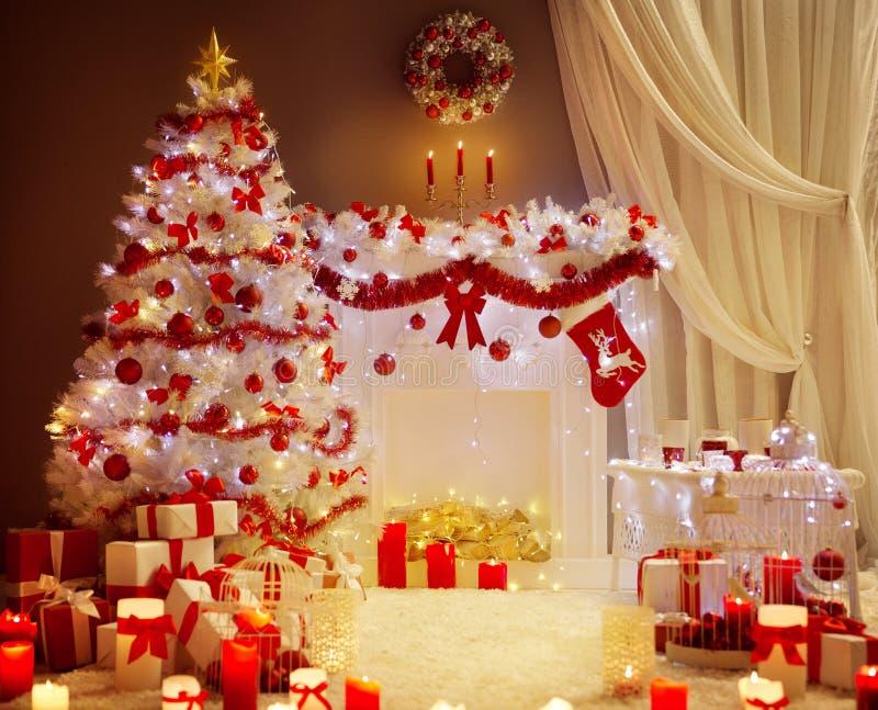 Luci dell'albero di Natale, scena del salone del camino di natale, festa fotografie stock libere da diritti