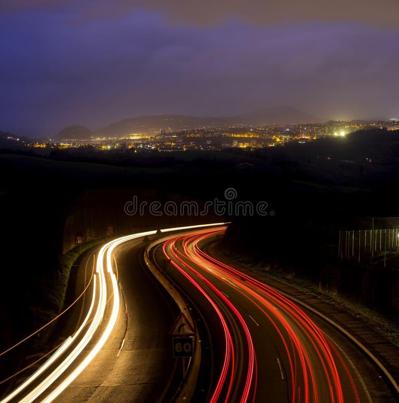 Luci dell'automobile alla notte sulla strada fotografia stock libera da diritti
