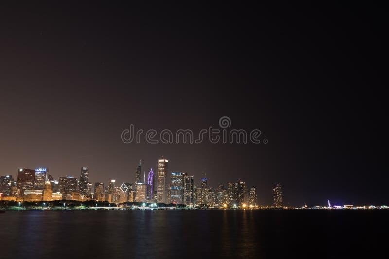 Luci dell'orizzonte del centro di Chicago di notte di estate fotografia stock