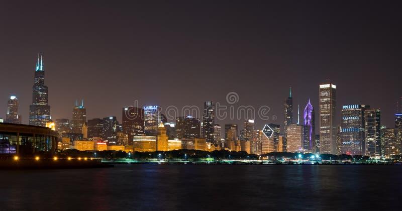 Luci dell'orizzonte del centro di Chicago di notte di estate fotografia stock libera da diritti