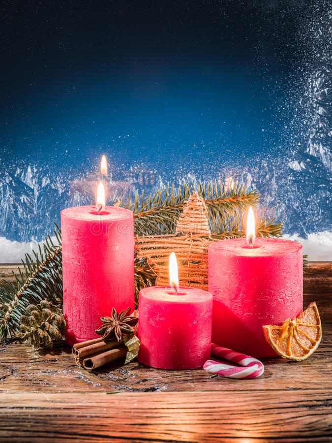 Luci della candela di Cristmas e finestra congelata immagini stock