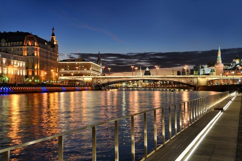 Luci della città di Mosca con le riflessioni del fiume contro il cielo di crepuscolo fotografia stock