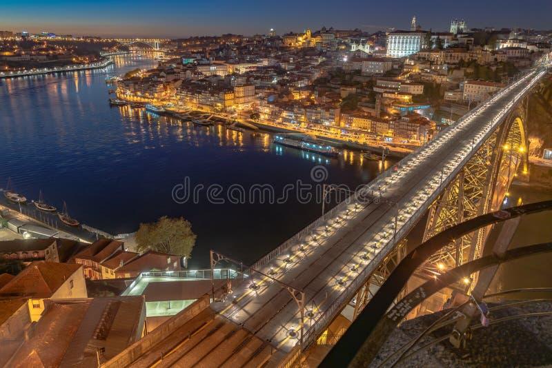 Luci della città di Oporto nella notte fotografia stock