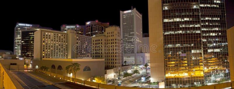 Luci della città di Phoenix del centro, Arizona alla notte immagine stock