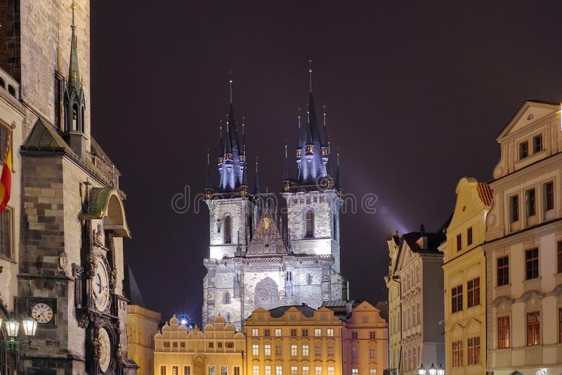 Luci della notte a Praga Attrazione del punto di riferimento: la chiesa gotica della nostra signora prima di Tyn e dell'orologio  fotografie stock libere da diritti