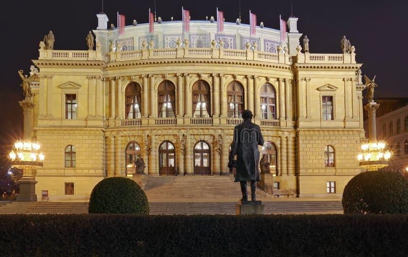 Luci della notte a Praga Attrazione del punto di riferimento: Rudolfinum - repubblica Ceca fotografia stock