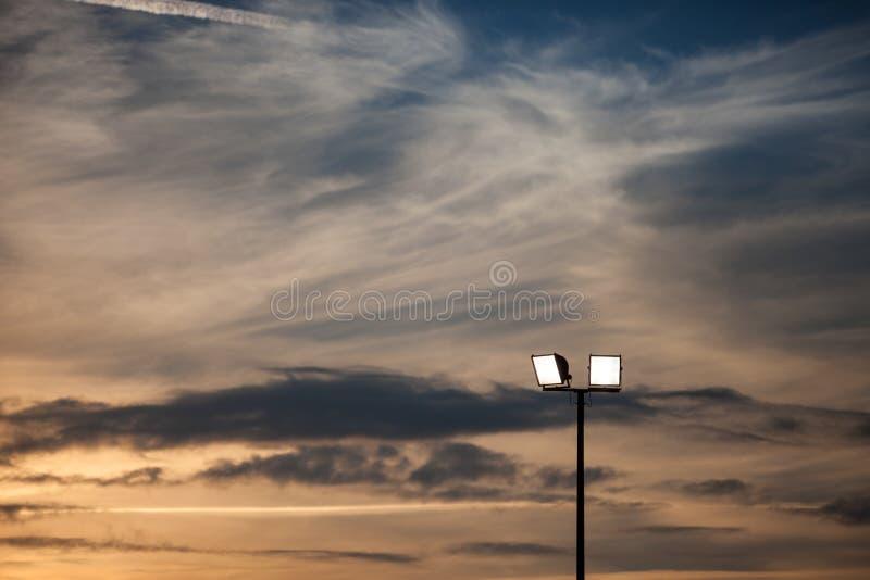 Luci dello stadio in cielo di tramonto fotografia stock libera da diritti