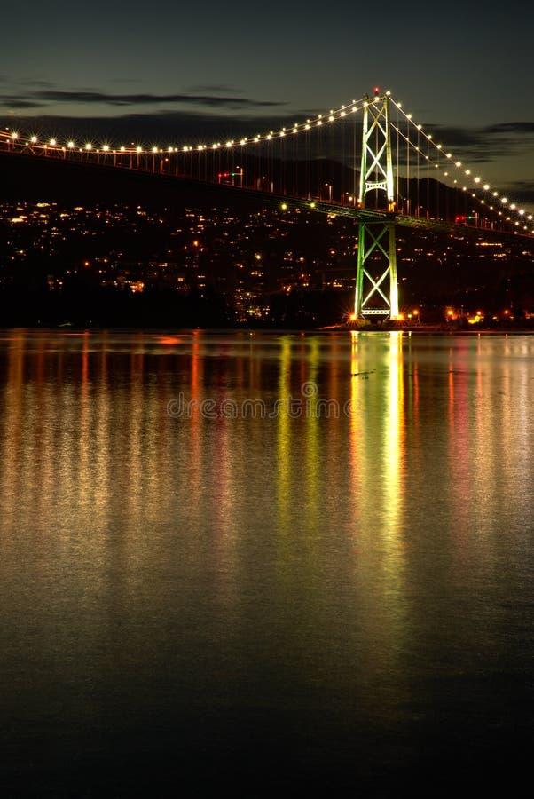 Luci di crepuscolo del ponte del portone dei leoni fotografia stock libera da diritti