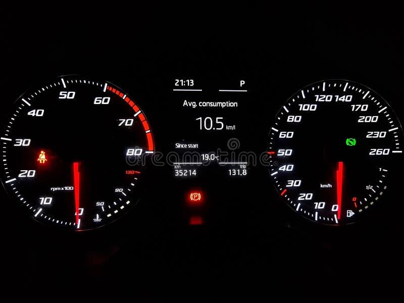 Luci di cruscotto dell'automobile con speedomter ed il RPM immagini stock