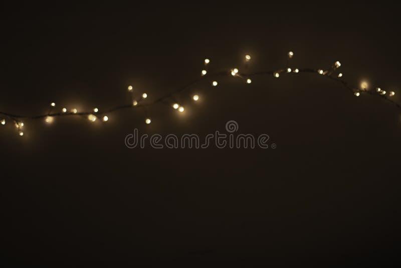 Luci di Natale astratte su fondo nero Incandescenza Defocused fotografia stock