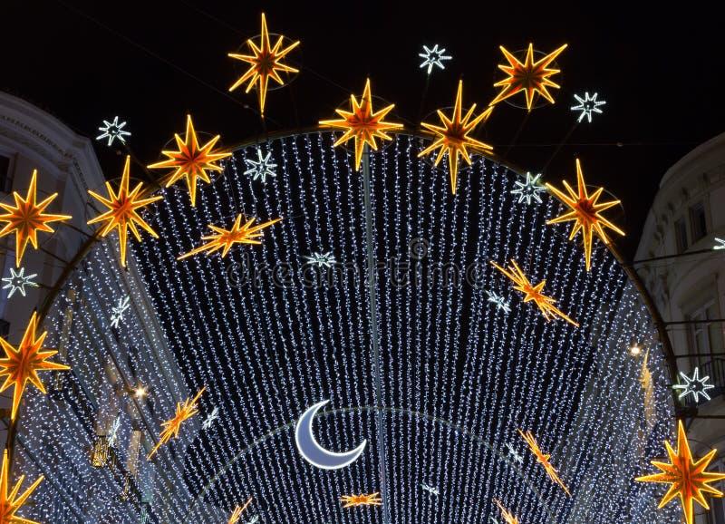 Luci di Natale sopra un boulevard a Malaga immagini stock