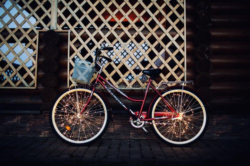 Luci di Natale su struttura del fondo della bici in città fotografia stock libera da diritti