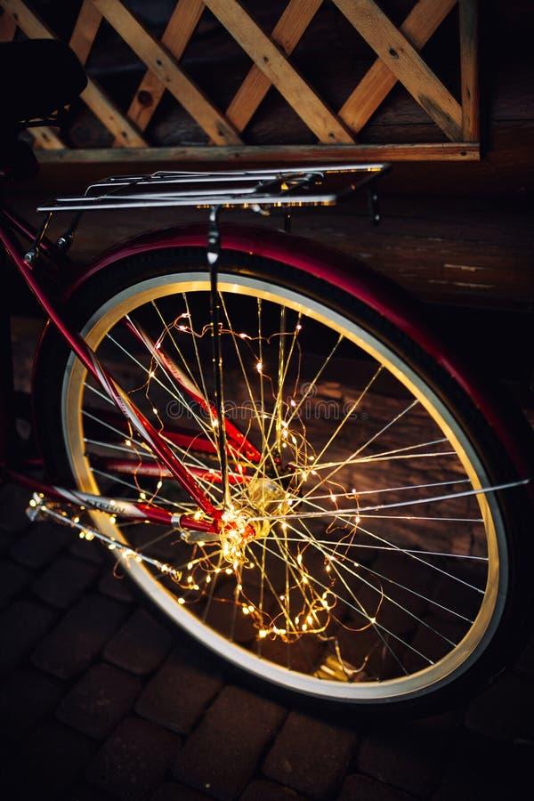 Luci di Natale su struttura del fondo della bici in citt? immagine stock