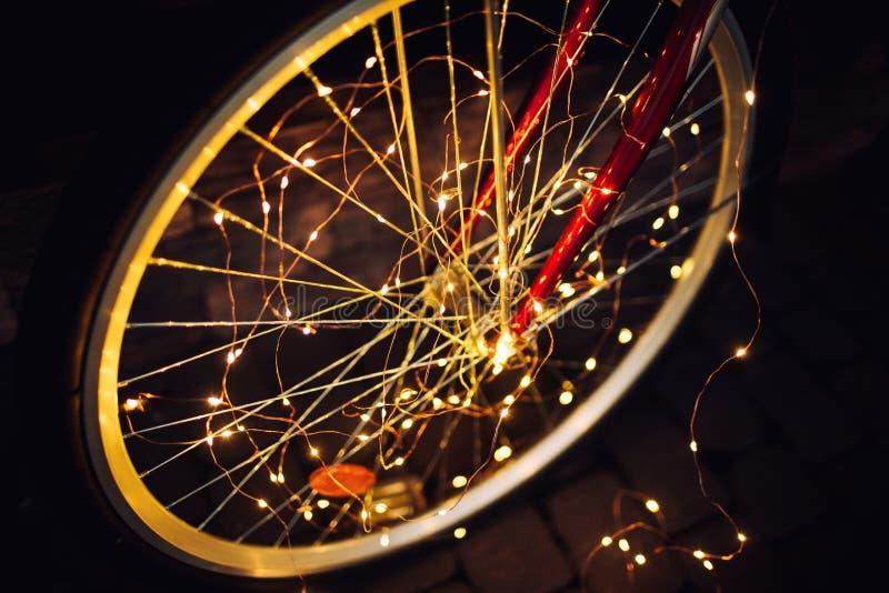 Luci di Natale su struttura del fondo della bici in citt? fotografia stock
