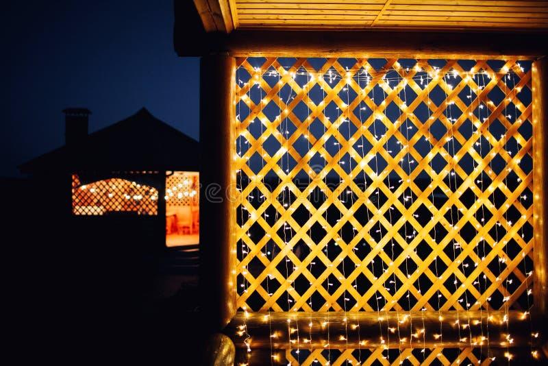 Luci di Natale su struttura del fondo della casa in città fotografia stock libera da diritti