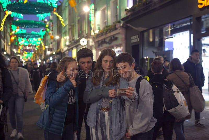 Luci di Natale sulla via di Carnaby, Londra Regno Unito Le luci di Natale di Carnaby caratterizzano alcune delle decorazioni di N immagini stock