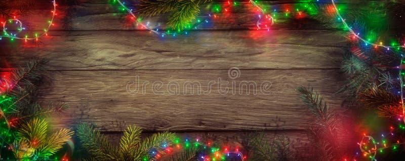Luci leggiadramente di Natale su legno Fondo di Natale con corda immagini stock