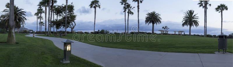 Luci lungo un percorso in Laguna Beach, California del sud fotografie stock libere da diritti